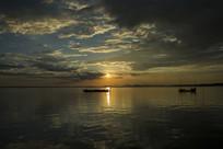 湖水小船天空
