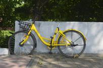 停靠在墙边的自行车