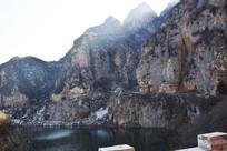 阳光里的石头山峰