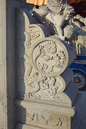 抱鼓石上的龙纹雕饰