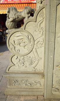 抱鼓石上的中國龍浮雕