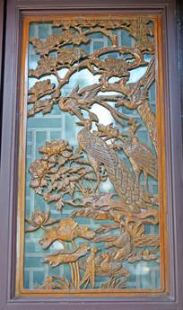 窗户上的松鹤图木雕