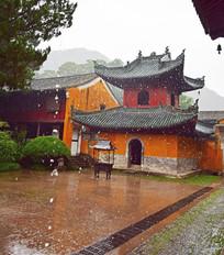 风雨中的寺院建筑