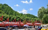 绿色山脉下的小吃街