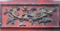 木板上的花卉雕刻