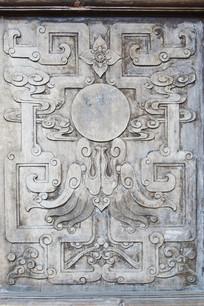 木板上的龙纹浮雕