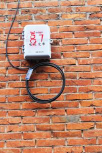 农村墙壁上的通讯线路盒子