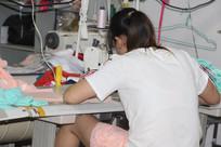 坐在缝纫机前工作的工人