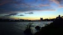 滨河城市的黄昏景观