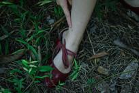 草地里的红鞋