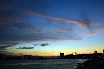 黄昏的城市和天空
