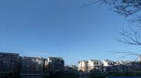 蓝天下的小镇风光