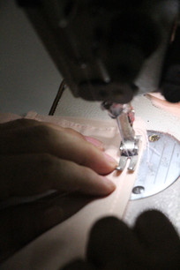 工人正在缝衣服