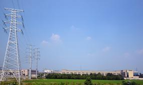 蓝天下的高压电线塔