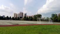 蓝天下的校园足球场