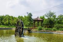 辽科大校园湖中木轮水车与木亭
