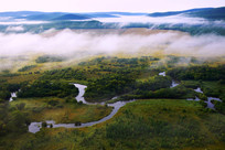 湿地河流晨雾