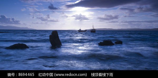 晚霞下海面的帆船图片