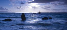 晚霞下海面的帆船