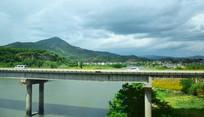 远山河流与桥梁景观