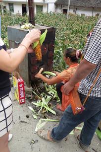 正在烤玉米的农村中年妇女
