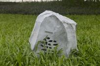 草坪上的石头音箱