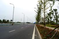 贵安新区公路和整齐的路灯