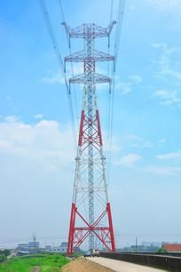 路中的高压电线塔