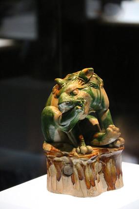 唐三彩绿纹下蹲狮子