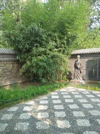 园林中的雕塑人像