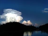 傍晚山坡上空的蘑菇云