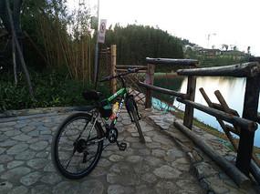 湖边的自行车