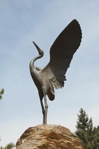 铜雕展翅的仙鹤