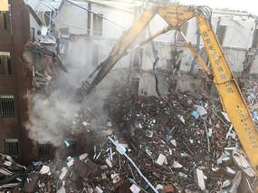 挖掘机拆迁房屋过程工地图