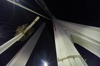 仰视合生大桥的夜景