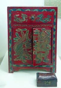 红漆龙纹木箱