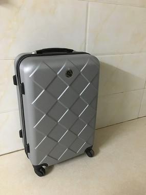 灰色行李箱
