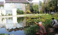 两个男人池塘边钓鱼