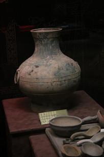 西汉双耳土陶长颈瓶