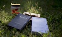 草丛里的书本