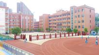 校园里的运动场和隔墙