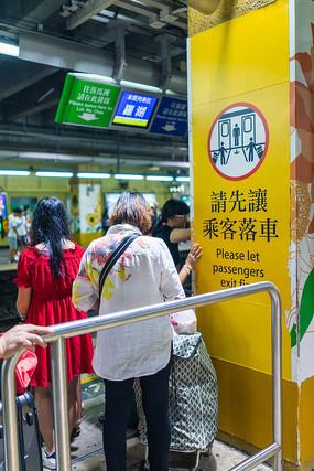 乘客在地铁站候车