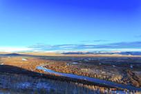 额尔古纳湿地秋季白雪蓝天光影