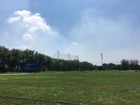 阳光下的高尔夫训练场