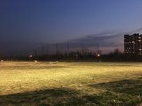 夜晚的高尔夫练习场