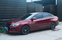 一辆红色小轿车