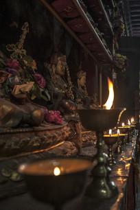 佛像与油灯
