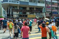 行人在香港街头过马路