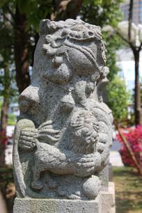 抱子狮子石雕柱