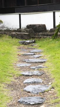 草地上的石头小路